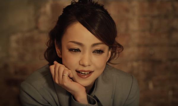 まるで映画のワンシーン!安室奈美恵が踊り歩く新曲『Red Carpet』のMVが可愛すぎる【動画】