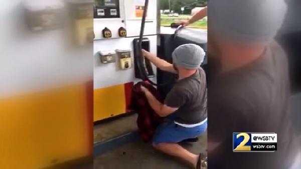ガソリンを入れようと思ったら給油機の中にヘビが・・・【映像】