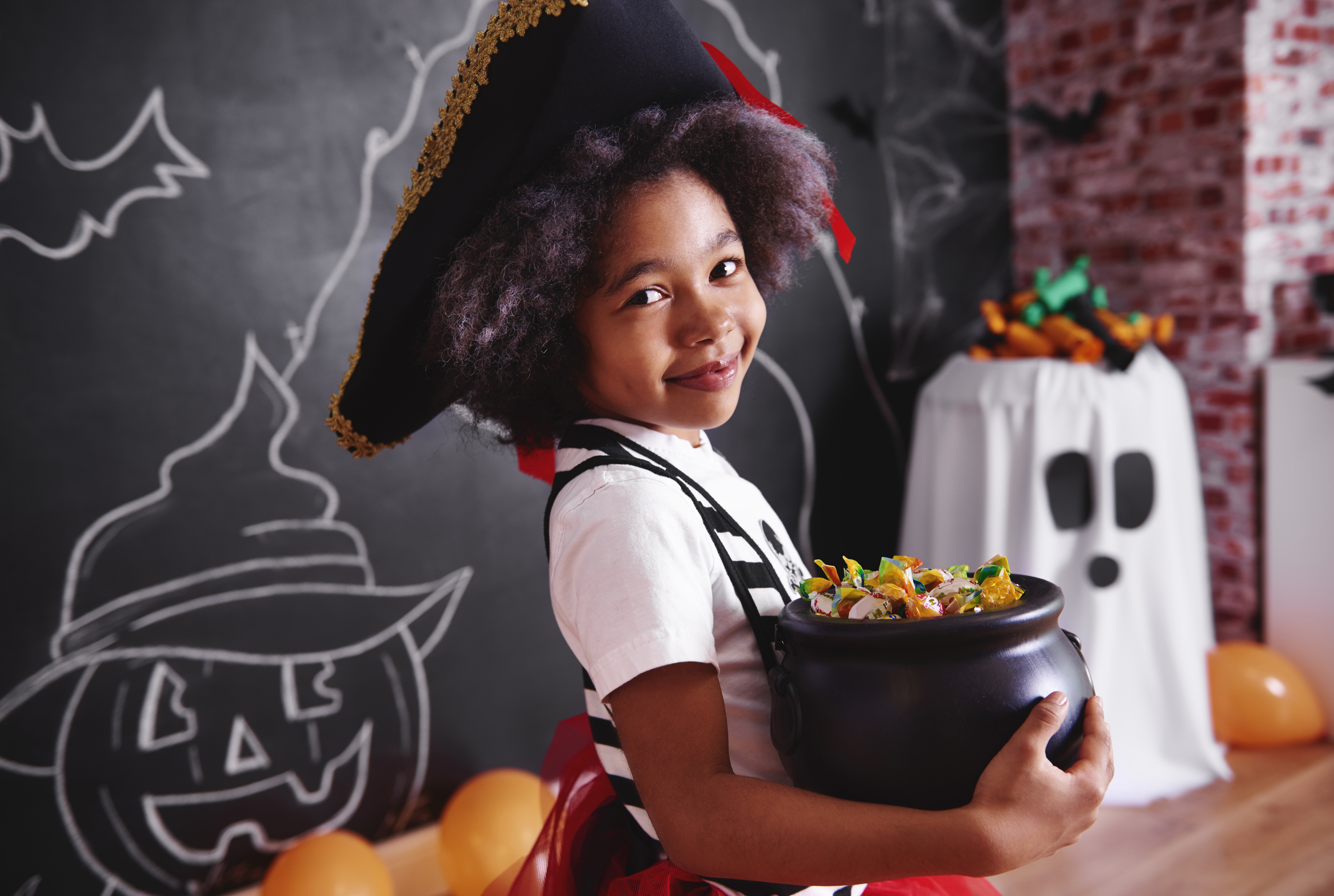 http://o.aolcdn.com/hss/storage/midas/abea5a3e5f1ee2d2413356b0894953ff/205786208/girl-holding-a-bowl-of-candy-picture-id849197864