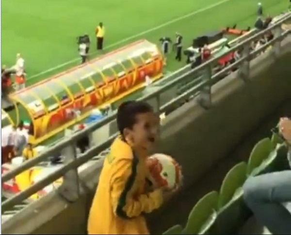豪代表ケーヒル、2階観客席の息子に正確なパスでボールをプレゼント、カッコよすぎると話題