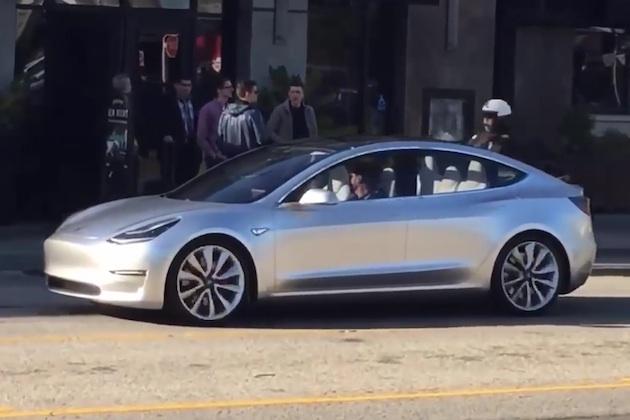 【ビデオ】テスラ「モデル3」を初めて公道で目撃!