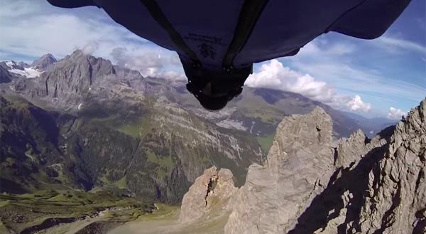 高所から直径2メートルの隙間をくぐり抜けるエクストリームジャンプが怖すぎる【動画】