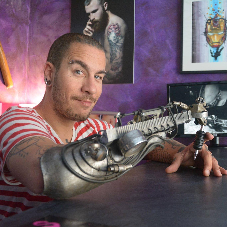 Armprothese für Tattoo-Artist ist Steampunk pur