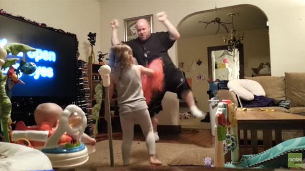 ママの留守中にキレッキレダンスで子供をあやすパパさんが可愛すぎるwww【動画】
