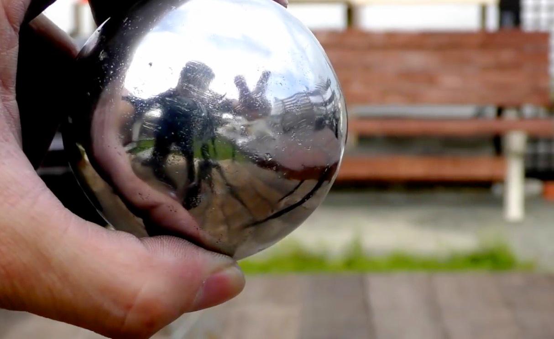 Wie man eine spiegelglatte Kugel aus Alufolie herstellt