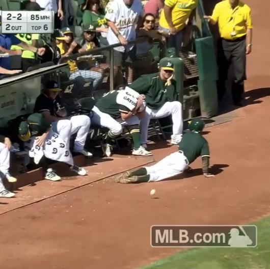 調子に乗りすぎたボールボーイに選手がブチ切れ?! MLBベンチで起きたドッキリが話題に【動画】