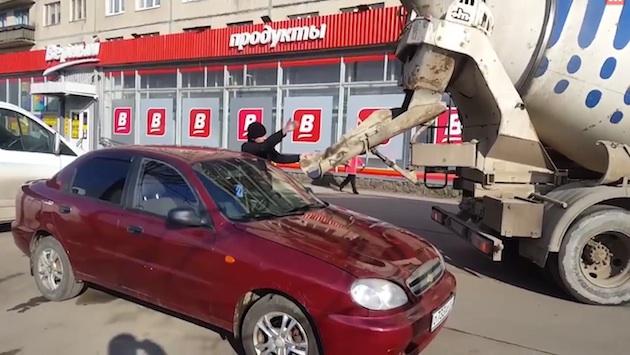 【ビデオ】怒ったロシア男性、不倫した妻の愛車にコンクリートを流し込む!