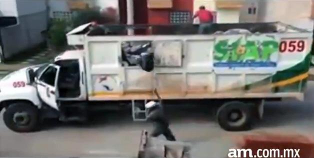【ビデオ】これは危ない! トラックを無人で走らせながらゴミの回収をする作業員!!