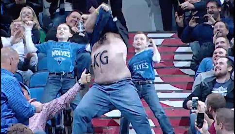 NBA・ウルブズにK・ガーネットが復帰 熱狂的ファンの名物おじさんのダンスが世界中で大人気