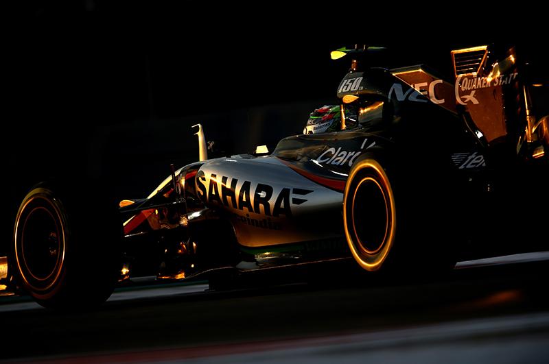 Sergio Perez lái xe trong năm 2015 Abu Dhabi F1 Grand Prix.