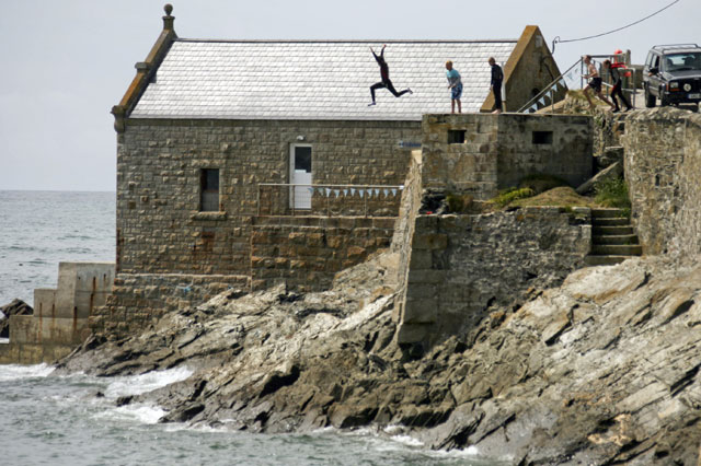 Tombstoning: Terrifying photo shows teen boy jumping 35ft over jagged rocks