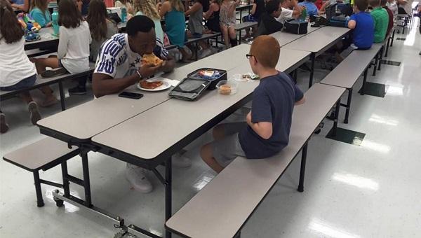 学校を訪問中のアメフト選手が自閉症の少年と一緒にランチ!その様子を捉えた写真に母親感涙