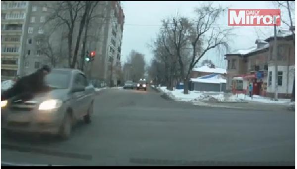 【おそロシア】逃走する犯人の車のボンネットに警察官!映画レベルのカーチェイスがスゴい