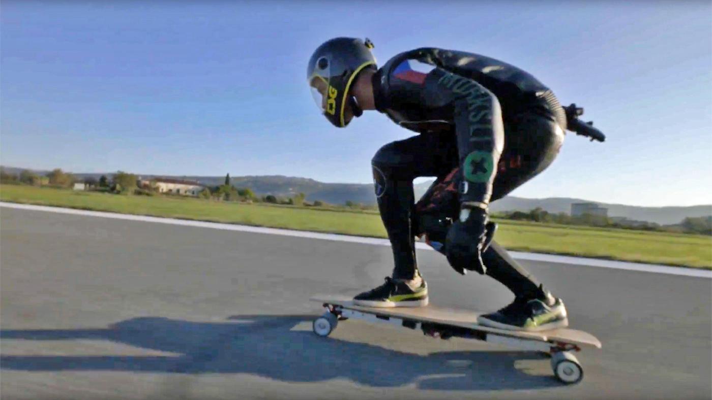 Récord: No te pierdas la carrera en monopatín eléctrico más rápida del mundo