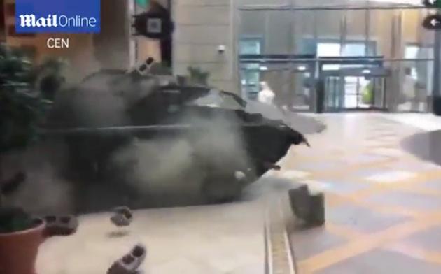 【ビデオ】ジェレミー・クラークソン、ドバイのショッピング・モールに戦車で突っ込む! 「中東でテロを引き起こした」と報道される