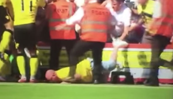 サッカーの試合でテンション上がりすぎた観客が暴走!頭から海老反りでピッチに落下