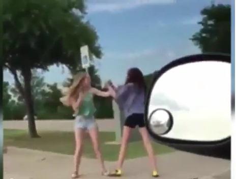 拳銃持ったセクシー女性がキャットファイト!止めにきた女性も参戦してバトルロワイヤル