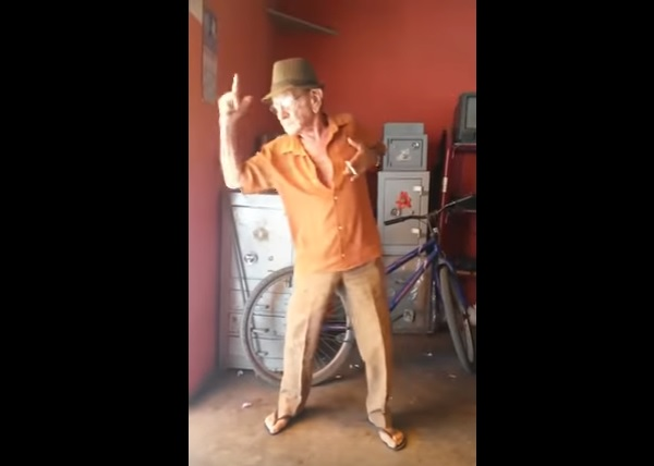 マイケル・ジャクソンの曲をノリノリで踊るおじいちゃんが話題に【動画】