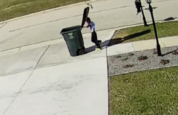 【全米が応援】大きなゴミ箱を運ぶも強風にひたすら振り回される少年