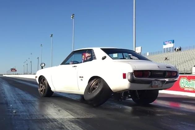 【ビデオ】1,000馬力のトヨタ「セリカ」がドラッグレースに挑戦! パワーに耐え切れず車輪が脱落