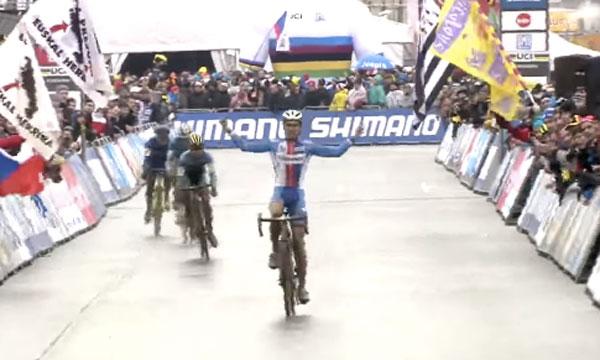 やったー!自転車レースで圧勝のガッツポーズ!→もう1周残ってたwww【動画】