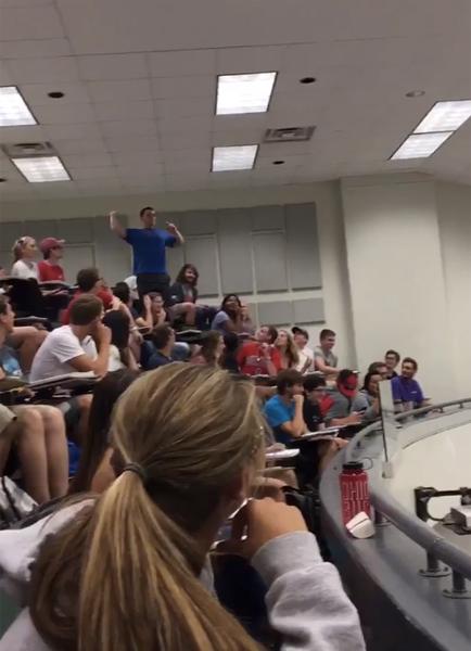 講義中、ゴミ箱へスーパースローを決めた男子学生が一躍ヒーローに! 盛り上がりがハンパない 【動画】