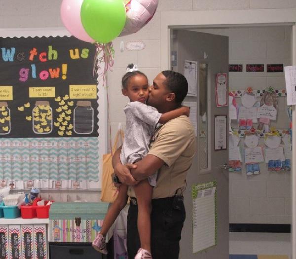 海軍のパパ、長い間離れ離れになっていた娘の幼稚園にサプライズ訪問!