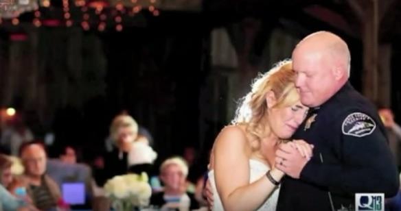 殉職した父親の同僚警官たちが娘の結婚式で泣けるサプライズ 「踊ってもらえませんか?」【動画】