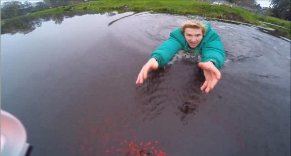 ドローンを愛しすぎて池にダイブした男の動画が面白すぎて全米で大人気、爆発的再生数に