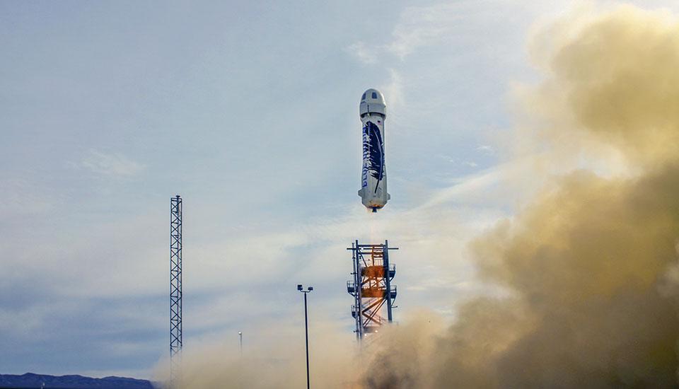 Jeff Bezos adelanta a Elon Musk en la carrera de los cohetes reutilizables