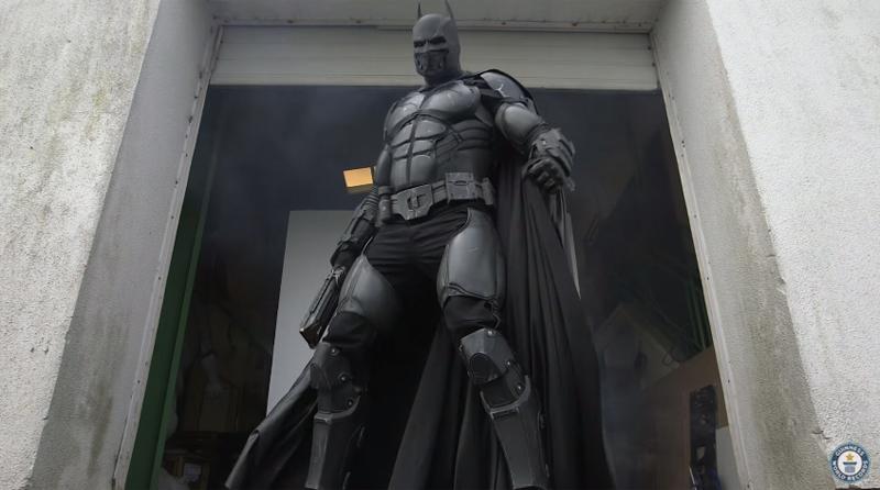 コスプレマニアの本気! バットマンスーツ、多機能すぎてギネス記録更新 【動画】