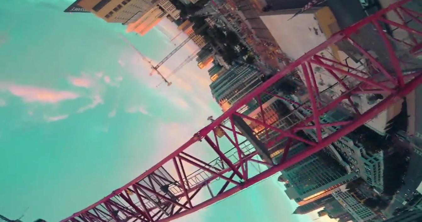 FPV-Drohnenausflug über die Baustelle im Abendrot