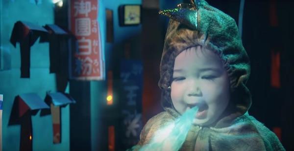 昭和の街を「赤ちゃんゴジラ」が破壊!?パパお手製の特撮映像が可愛すぎる【動画】