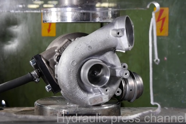 【ビデオ】ターボチャージャーを油圧プレス機で押し潰す!