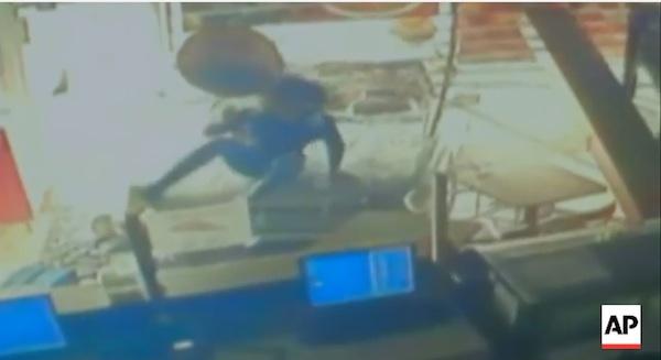 女性がボンネットに乗ったまま店に突っ込んでくる車がコワすぎる【動画】