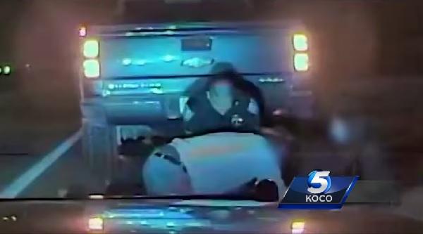 警察官がパトロール中に心臓発作を起こした女性を救助! その一部始終を車載カメラがキャッチ