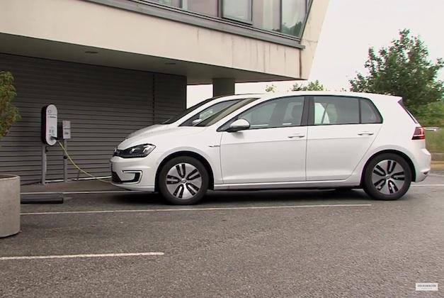 【ビデオ】電気自動車が自分で駐車と充電を行う、フォルクスワーゲンの新技術