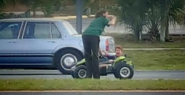 いったいなぜそんなとこに!?高速道路をおもちゃの車で走っていた3歳児が見つかる【動画】