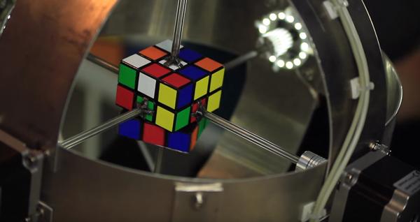 ルービックキューブをわずか0.887秒で完成させるロボットがスゴすぎる【動画】
