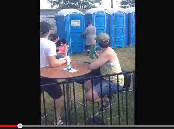 人気ラッパーがステージ中に簡易トイレへGO! トイレ内でもラップを続け大歓声