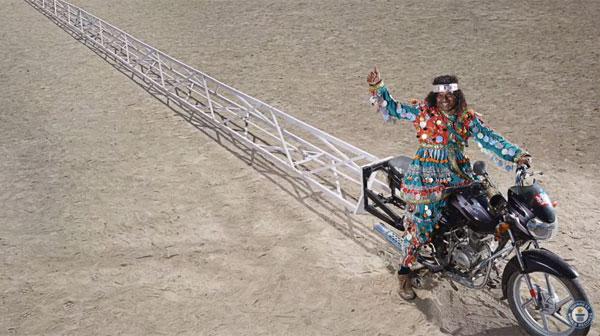 実際走れるかは不明?インドで世界一長い35.29メートルのバイクがギネス記録を更新【動画】