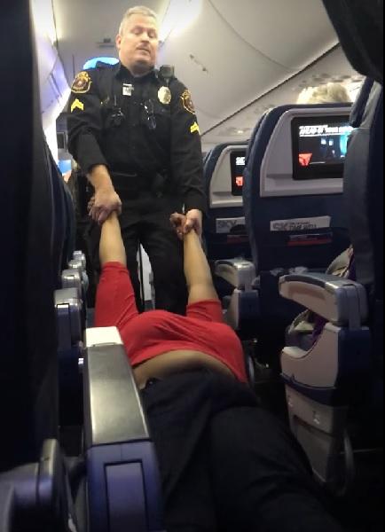 搭乗拒否を無視して居座っていた女性、飛行機から引きずり出されるコトに【動画】