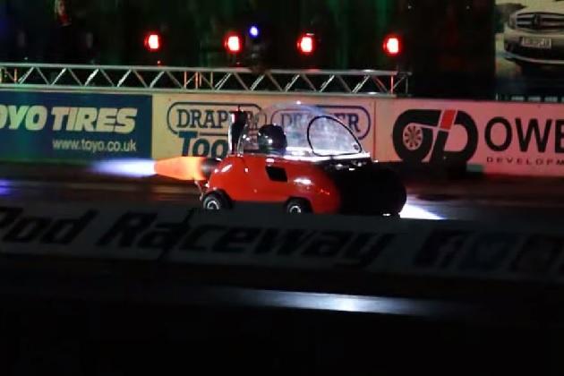 【ビデオ】ジェットエンジンを積んだマイクロカーがドラッグレースに挑戦!