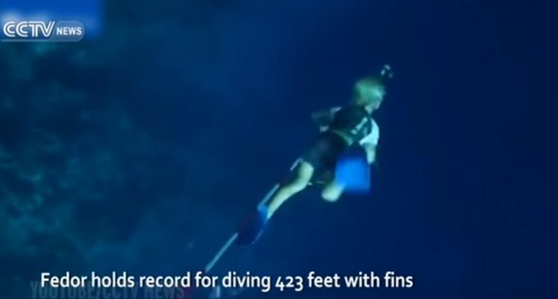 【びっくり!】魚のように泳ぐ3歳のフリーダイバーが話題に