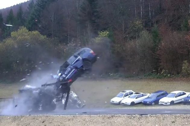 【ビデオ】200km/hで走行するクルマが衝突するとこうなる!
