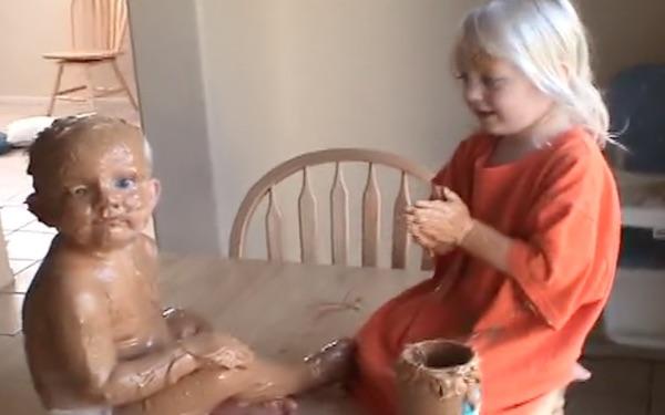 ピーナツバターを身体中に塗りたくって楽しそうな姉弟が可愛すぎて怒れないwww【動画】