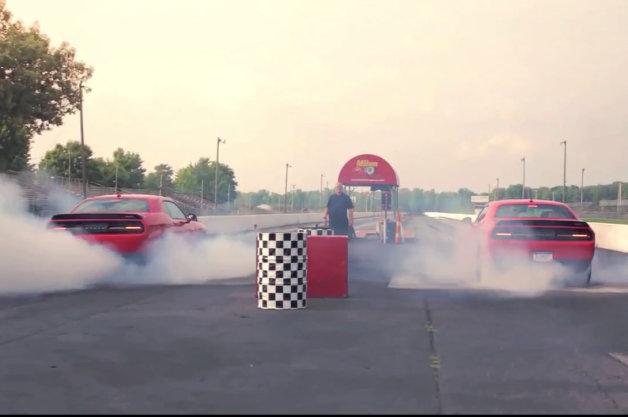 【ビデオ】すごい白煙! 707hpのダッジ「チャレンジャーSRTヘルキャット」2台でバーンアウト!!
