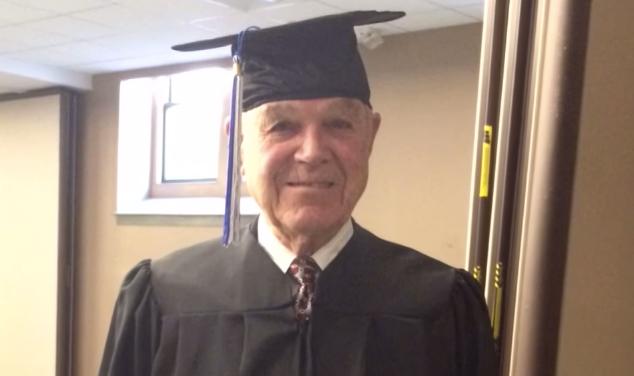 90歳のおじいちゃん、72年越しに「高校卒業」という夢を叶える! 卒業証書を授与した母校の校長は彼の孫