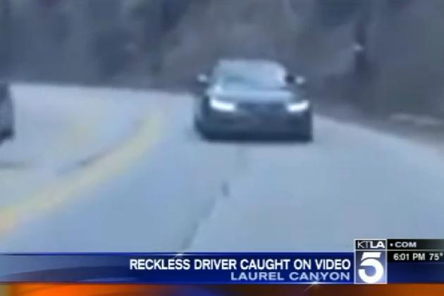【ビデオ】曲がりくねった道路をバックで走行し続けるクルマに遭遇!