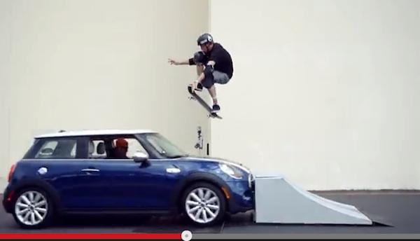 「スケートボード界の神」トニー・ホーク、走ってくる車を飛び越える超絶ジャンプ